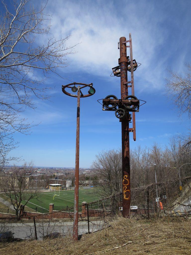 L'un des artéfacts de l'ancienne piste de ski, sur le flanc nord du Mont-Royal
